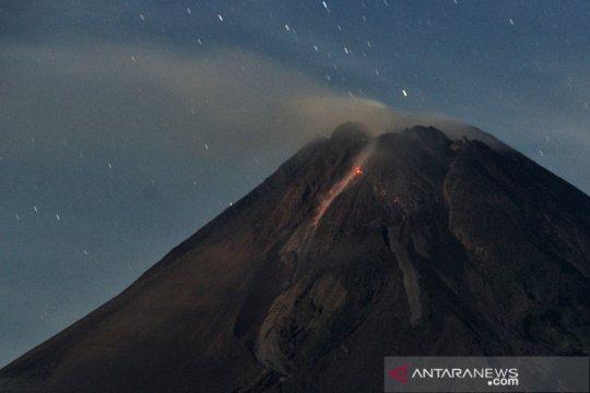 Gunung Merapi meluncurkan lava pijar sejauh 1,6 km