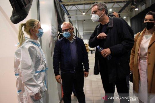 Warga Serbia mengantre untuk dapatkan vaksin beserta voucher belanja