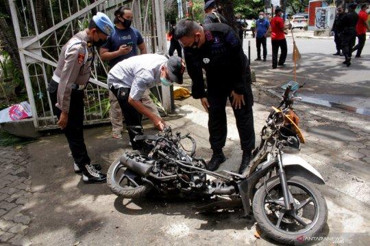 Evakuasi kendaraan terduga pelaku bom Makassar