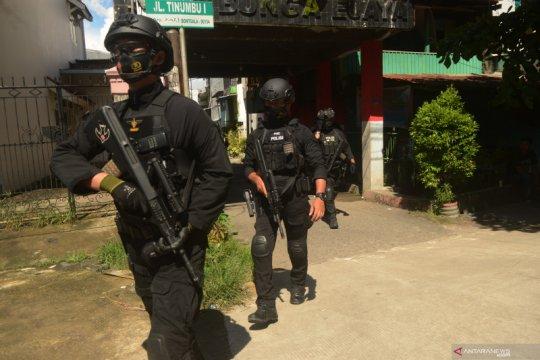 Penggeledahan rumah terduga pelaku bom bunuh diri Makassar