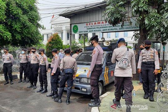 Damkar Jakarta Timur siagakan satu unit mobil pompa di PN Jaktim
