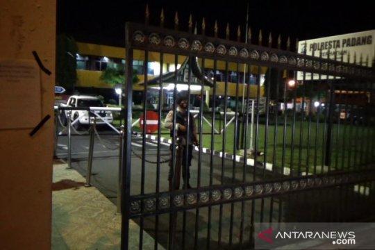 Petugas bersenjata laras panjang jaga Mako Polresta Padang