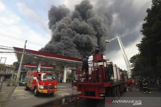 Kebakaran pabrik dan gudang palet plastik