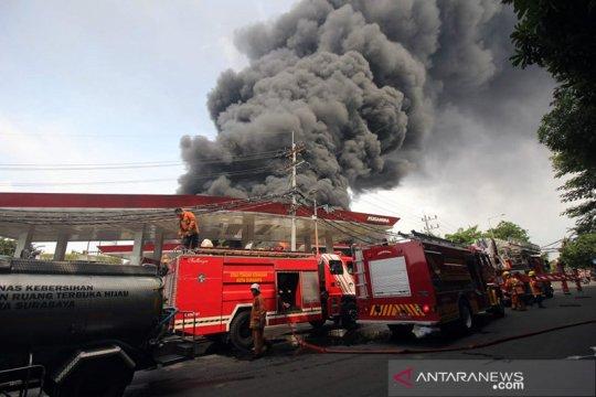 Gudang penyimpanan palet plastik di Tandes Surabaya terbakar