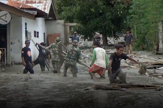 Warga & petugas bersihkan timbunan lumpur sisa banjir bandang di Sigi