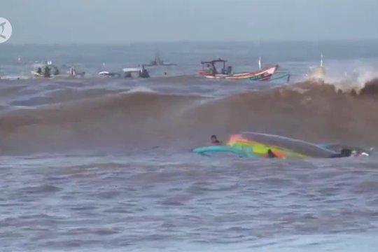 4 perahu Jember terbalik, 1 nelayan Hilang