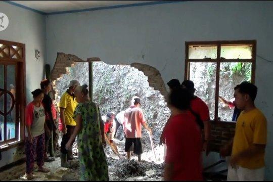 Tebing longsor rusak rumah warga di Magetan