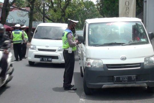 Polrestabes Bandung gelar penyekatan prokes di akses menuju Lembang