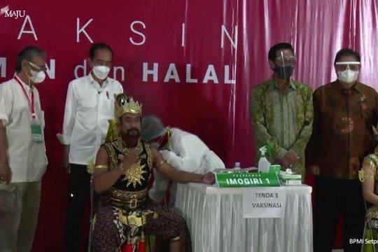 Presiden Jokowi tinjau vaksinasi massal seniman dan budayawan