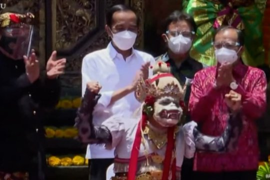 Tinjau vaksinasi di Bali, Presiden berharap pariwisata pulih