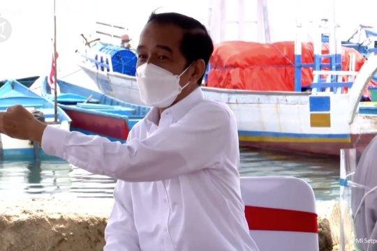 Jokowi beri bantuan modal pedagang dan nelayan di Maluku