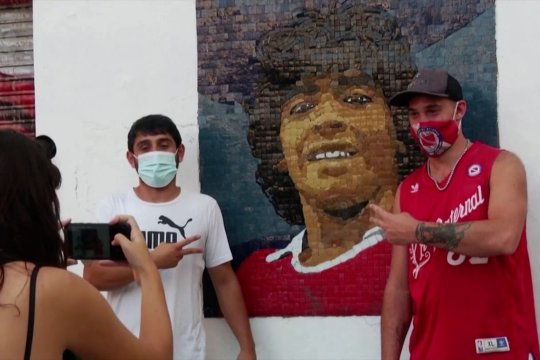 Mengenang mendiang Maradona dengan lukisan mosaik