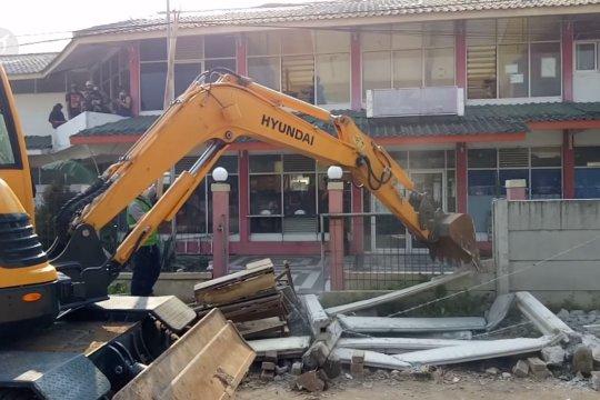 Pemkot Tangerang bongkar tembok beton penghalang akses warga