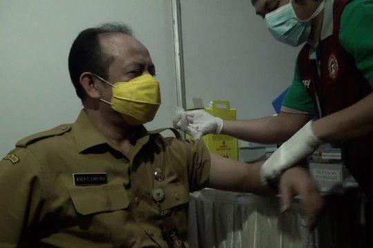 Petugas pelayanan publik hingga tokoh agama terima vaksinasi COVID-19