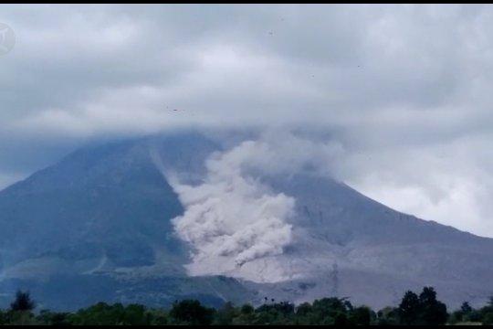 Sinabung keluarkan awan panas guguran jarak luncur 2.000 meter