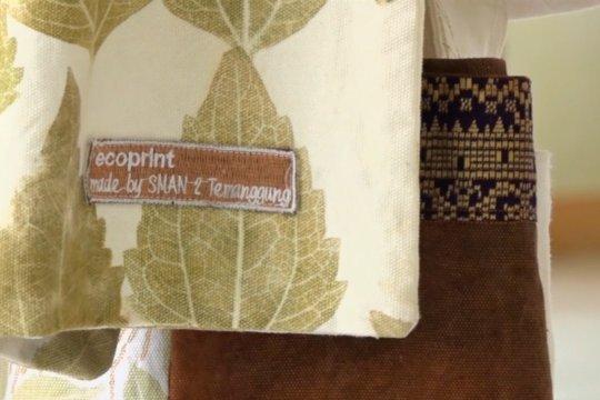 Meningkatkan keterampilan guru melalui batik ecoprint