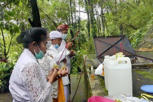 Umat Hindu Magelang sucikan lahir batin di Sumber air Tuk Mas