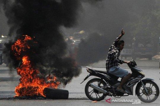 Warga bakar ban sebagai tanda perlawanan terhadap kudeta militer Myanmar