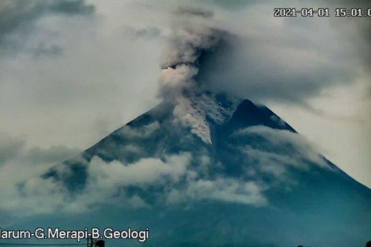 Gunung Merapi empat kali luncurkan awan panas guguran ke barat daya