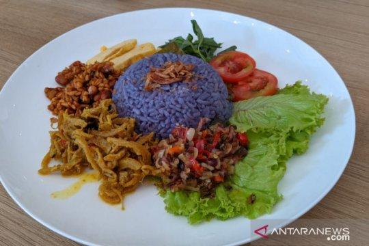 Nasi uduk ungu bunga telang, cantik di mata lezat di lidah