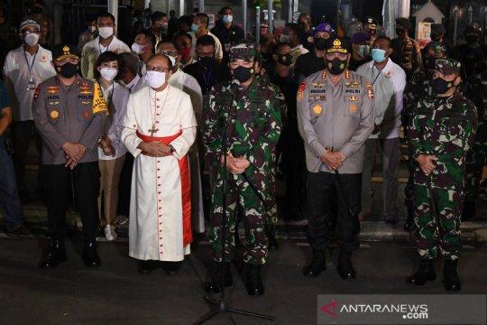 Panglima TNI mengecek pengamanan di gereja Katedral Jakarta