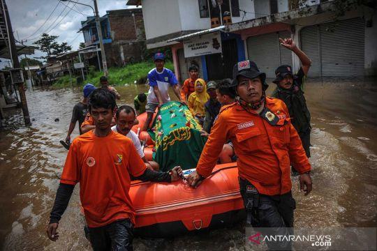 Evakuasi jenazah saat banjir di Baleendah