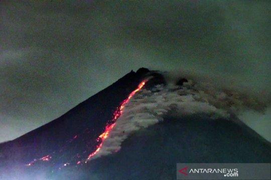 Gunung Merapi meluncurkan 11 kali guguran lava pijar pada Senin pagi