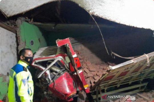 Dua orang meninggal akibat truk tabrak madrasah di Garut
