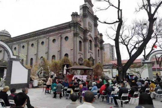 Umat Katholik Beijing ikuti misa Jumat Agung di halaman Katedral