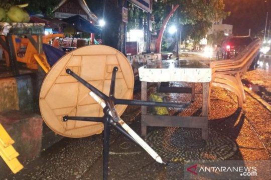 Angin kencang terbangkan meja kursi pedagang Pantai Padang