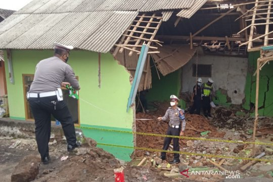 Polisi selidiki penyebab truk tabrak madrasah di Garut