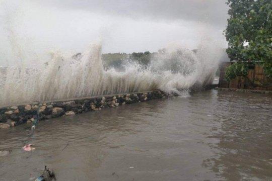 Sembilan unit rumah warga Flores Timur ambruk diterjang banjir pesisir