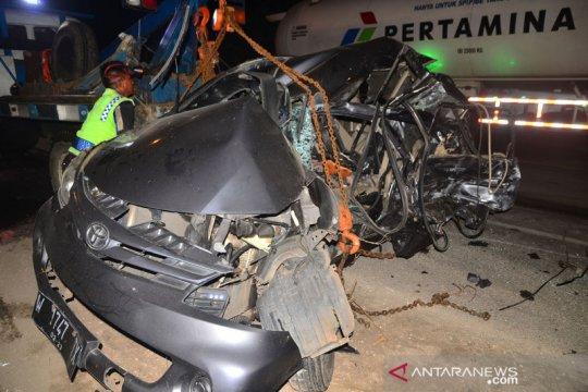 Kecelakaan mobil dan truk di jalur Pantura Pati