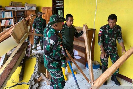 Satgas Pamtas RI-RDTL di NTT bantu evakuasi sekolah runtuh