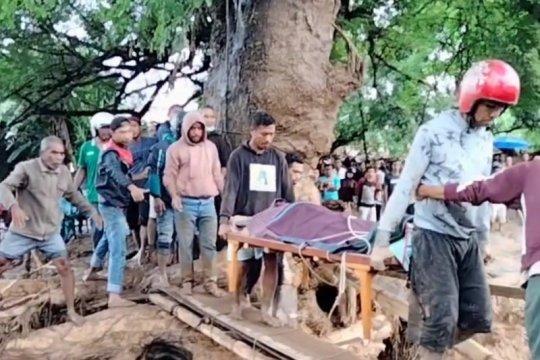 Evakuasi korban banjir Flores Timur, warga bangun jembatan darurat
