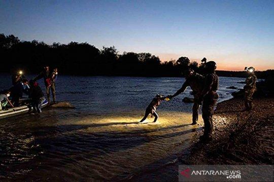 Pencari suaka dari Meksiko menyeberangi Sungai Rio Grande