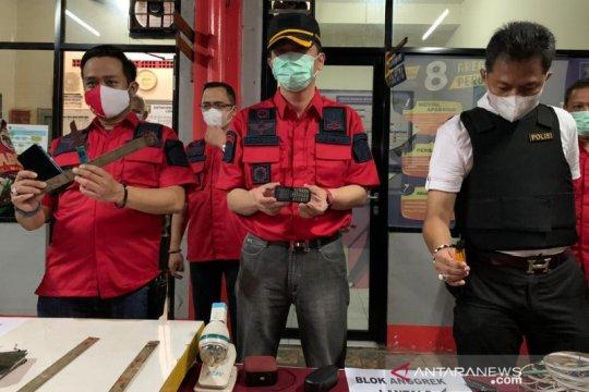 Petugas temukan senjata tajam dan ponsel saat sidak Lapas Bekasi