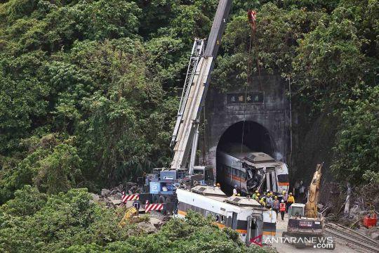 Evakuasi gerbong kereta ekspres Taiwan pascakecelakaan