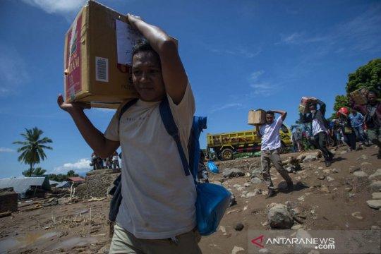 Bantuan bagi korban banjir bandang di Adonara Timur
