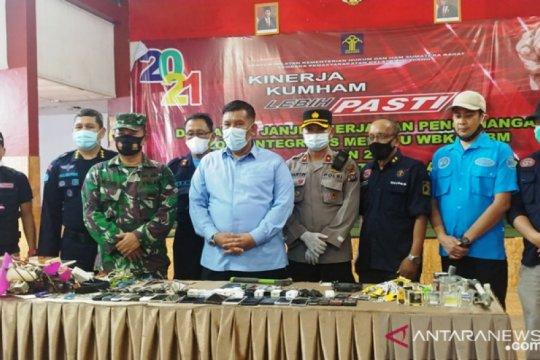 Petugas gabungan sita 20 ponsel saat razia LP Padang