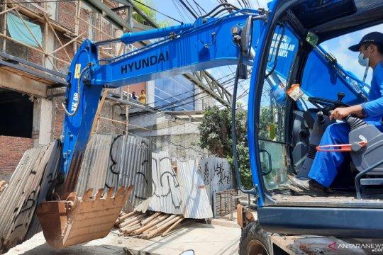 Satpol PP Jakarta Timur tertibkan bangunan tanpa IMB di Cawang
