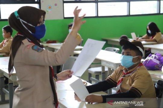 Pembelajaran tatap muka di SDN Pulau Tidung 01 Pagi diikuti 12 siswa