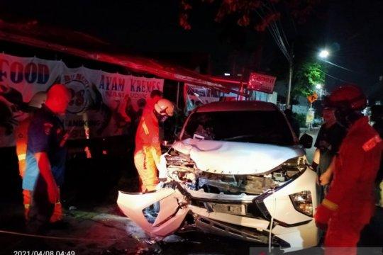 Damkar Jakarta Timur evakuasi mobil tabrak pohon