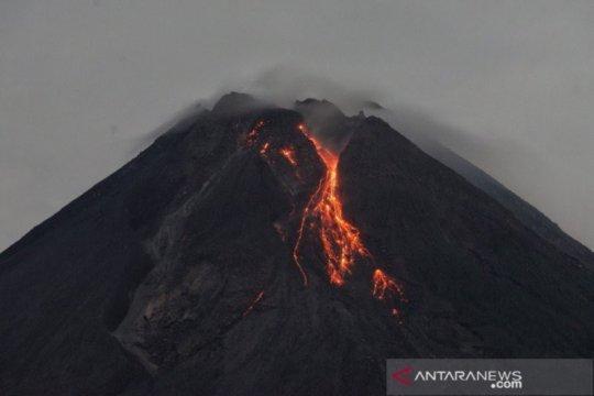 Gunung Merapi meluncurkan lima kali guguran lava pijar ke barat daya