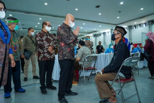 Menteri Teten tinjau vaksinasi massal untuk UMKM di DIY