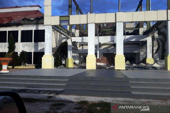Ratusan warga Sabu Raijua mengungsi akibat terdampak badai Seroja