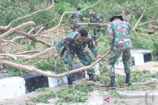 Anggota Brigif 21/Komodo bantu penanganan bencana di NTT