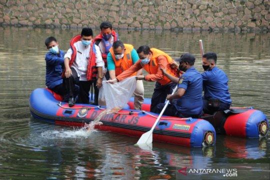 Pemkot Jaksel tebar 10 ribu benih ikan nila di Waduk Prapanca