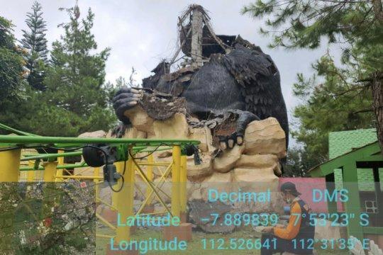 Sebuah patung di wahana wisata Kota Batu roboh akibat gempa