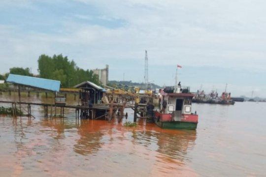 Kapal tongkang bermuatan minyak sawit tenggelam di Sungai Mahakam